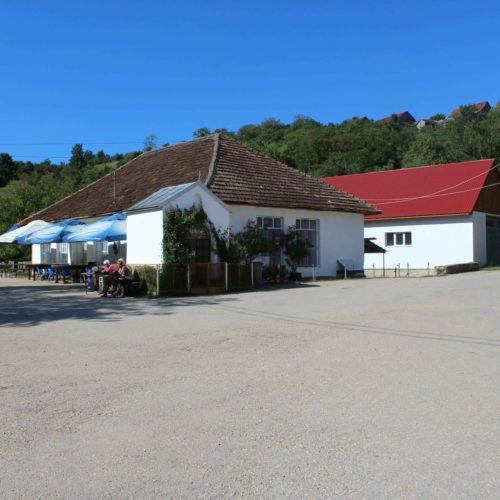 Kaple sv. Jana a hospoda v Gerniku | Zdroj: CK KM